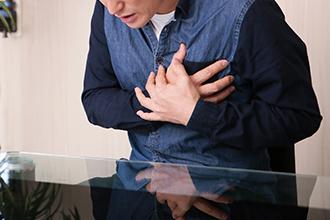 狭心症(きょうしんしょう)、心筋梗塞などの虚血性(きょけつせい)心疾患は、心臓を養う冠動脈の動脈硬化(どうみゃくこうか)により血管の内腔が狭くなり、血液の流れが制限されて生じます。