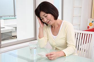 急性心筋梗塞は多くの場合、胸部の激痛、絞扼感(こうやくかん)(締めつけられるような感じ)、圧迫感として現れます。胸痛は30分以上続いて冷や汗を伴うことが多く、重症ではショックを示します。